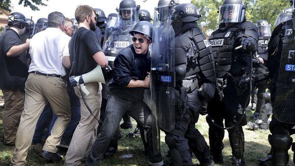 Amerykańscy neonazjoniści i ultraprawicowcy przełamują blokadę policji podczas wiecu w Charlottesville w USA - Sputnik Polska