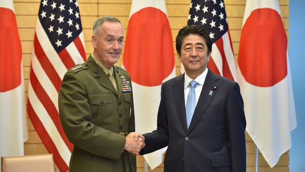 Przewodniczący Kolegium Połączonych Szefów Sztabów Sił Zbrojnych USA, generał Joseph Danford i premier Japonii Shinzo Abe - Sputnik Polska