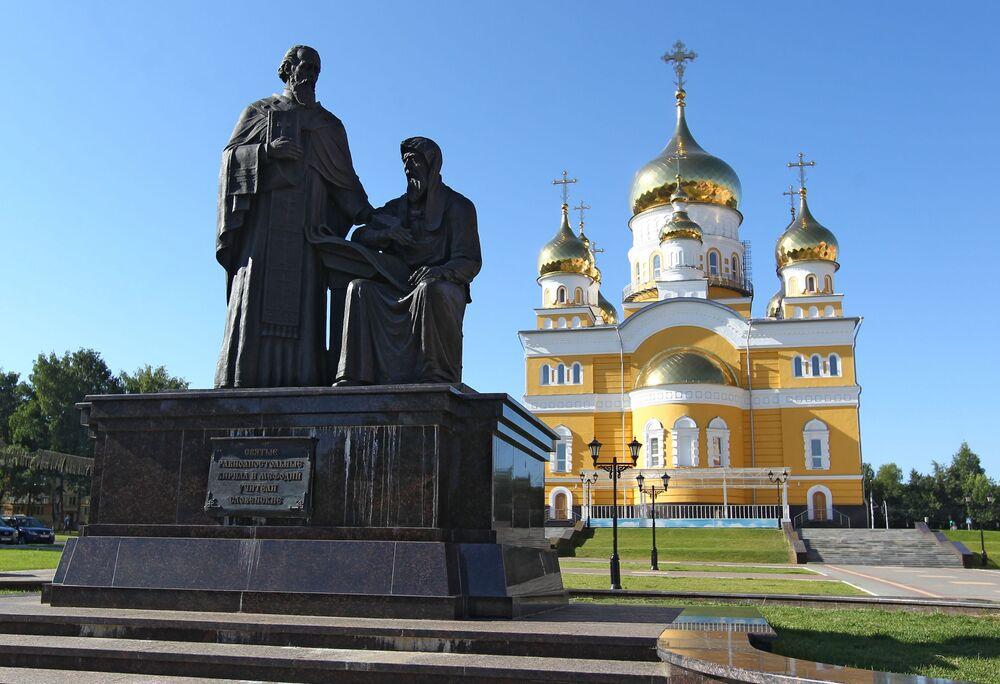 Pomnik św. św. Cyryla i Metodego w Sarańsku.