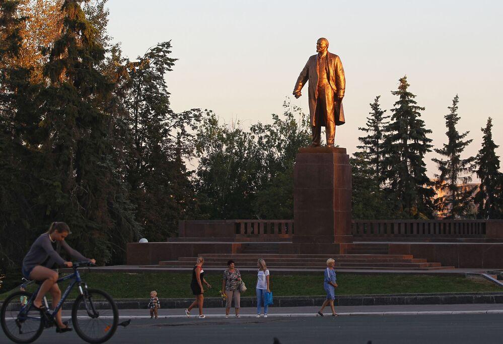 Mieszkańcy miasta na Placu Radzieckim w Sarańsku.