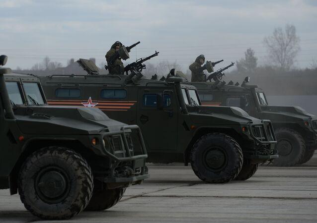 """Pojazdy pancerne """"Tigr"""" na poligonie w Alabino podczas wspólnego szkolenia"""