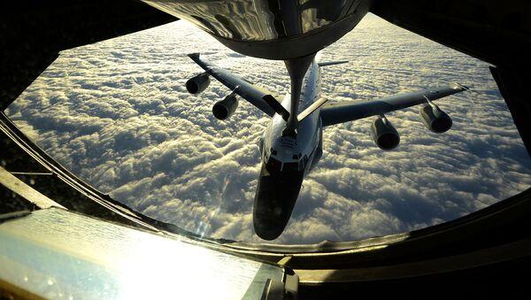 Tankowanie amerykańskiego samolotu RC-135W w powietrzu - Sputnik Polska