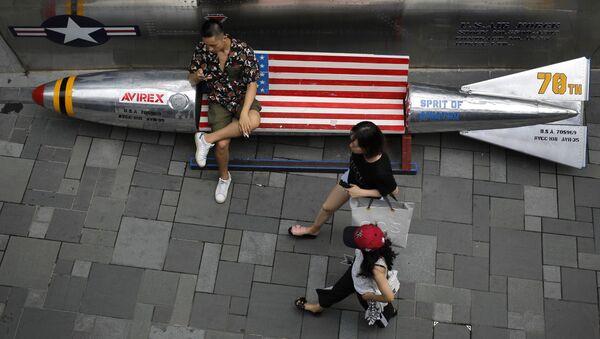Ławki w kształcie bomb lotniczych z flagą USA w centrum handlowym w Pekinie - Sputnik Polska