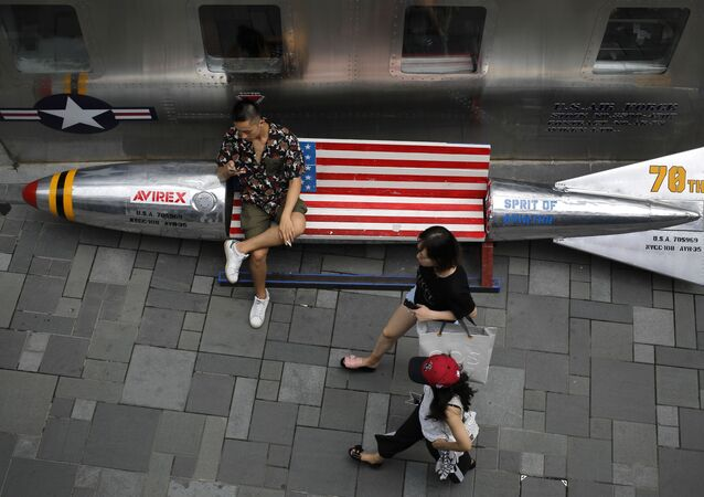 Ławki w kształcie bomb lotniczych z flagą USA w centrum handlowym w Pekinie