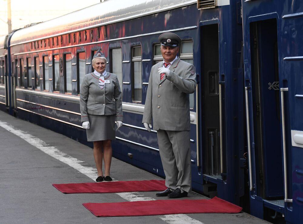 Konduktorzy pociągu turystycznego Carska Rosja wyruszającego w podróż z Moskwy do Pekinu z Dworca Kazańskiego