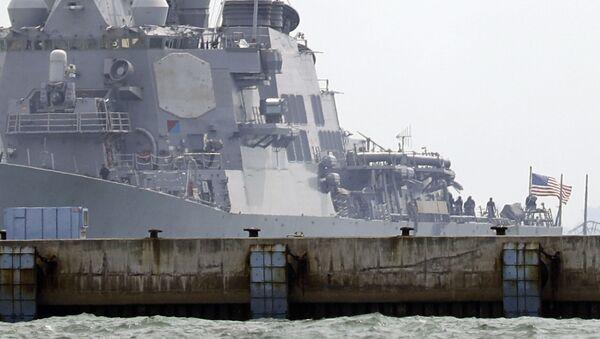 Niszczyciel rakietowy Marynarki Wojennej USA John McCain po kolizji ze statkiem handlowym - Sputnik Polska