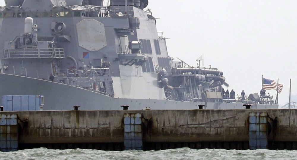 Niszczyciel rakietowy Marynarki Wojennej USA John McCain po kolizji ze statkiem handlowym
