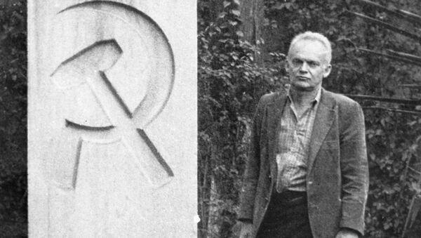 Wnuk Lwa Trockiego Esteban Wołkow u pomnika ustanowionego na mogile L. Trockiego w Meksyku - Sputnik Polska