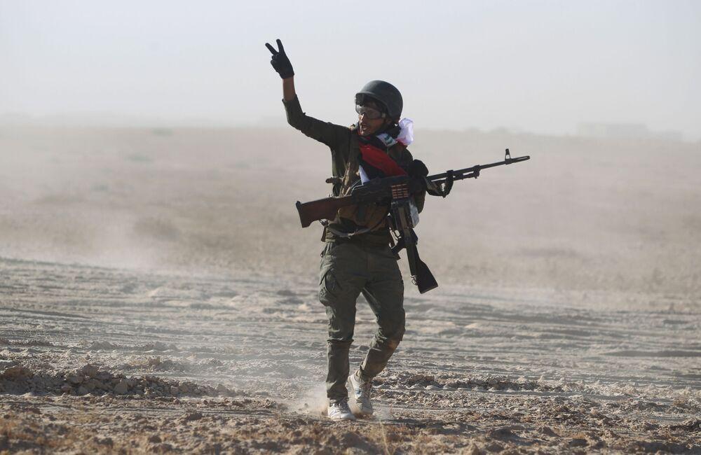 Bojownik Sił Narodowej Mobilizacji Iraku podczas szturmu na Tall Afar