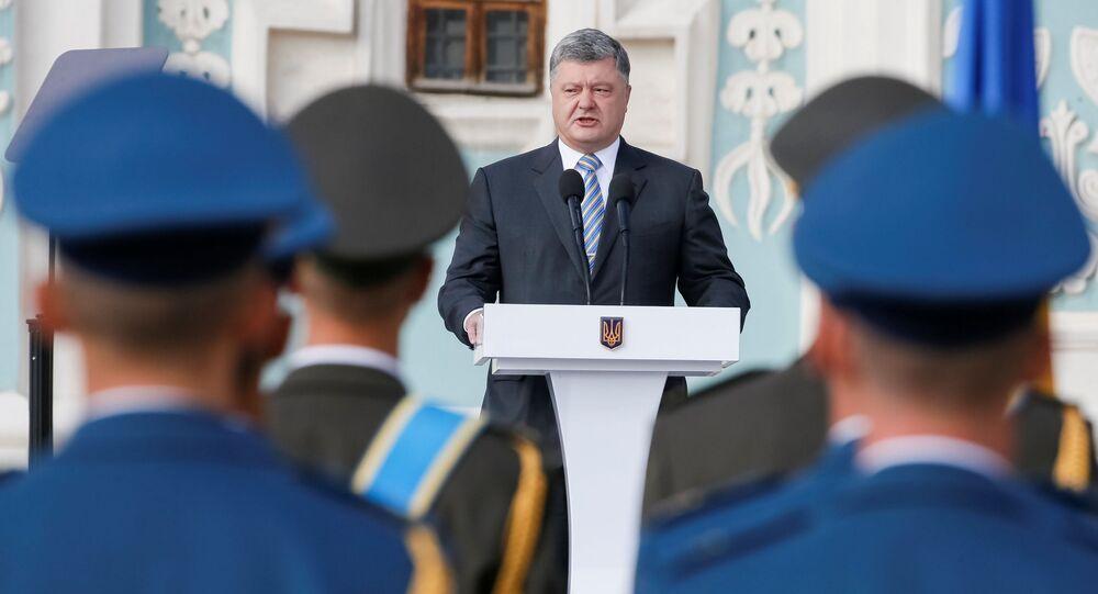 Prezydent Ukrainy Petro Poroszenko występuje podczas uroczystości z okazji Dnia Flagi Państwowej