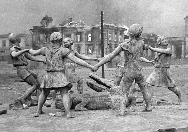 Zburzony w rezultacie nalotu niemieckiego lotnictwa pomnik bawiących się dzieci na placu przy dworcu w Stalingradzie