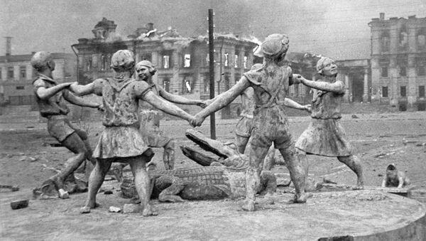 Zburzony w rezultacie nalotu niemieckiego lotnictwa pomnik bawiących się dzieci na placu przy dworcu w Stalingradzie - Sputnik Polska