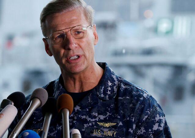 Wiceadmirał Joseph Aucoin, dowódca 7. Floty Marynarki Wojennej USA. Zdjęcie archiwalne