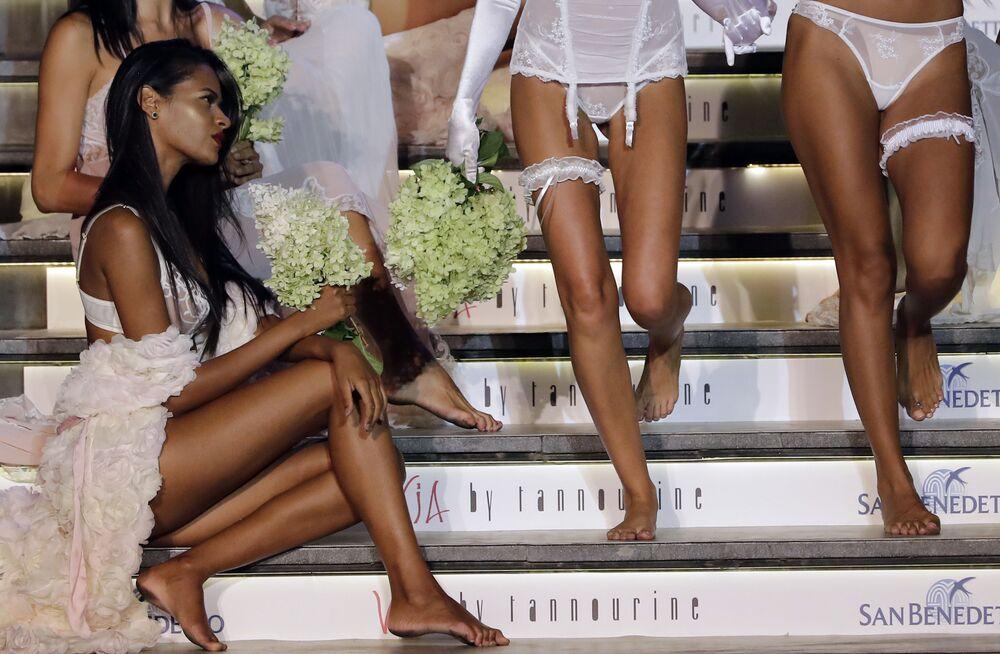 Modelki podczas prezentacji kolekcji bielizny na pokazie mody w Libanie