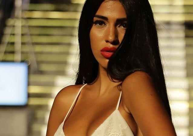 Modelka podczas prezentacji kolekcji bielizny na pokazie w Libanie