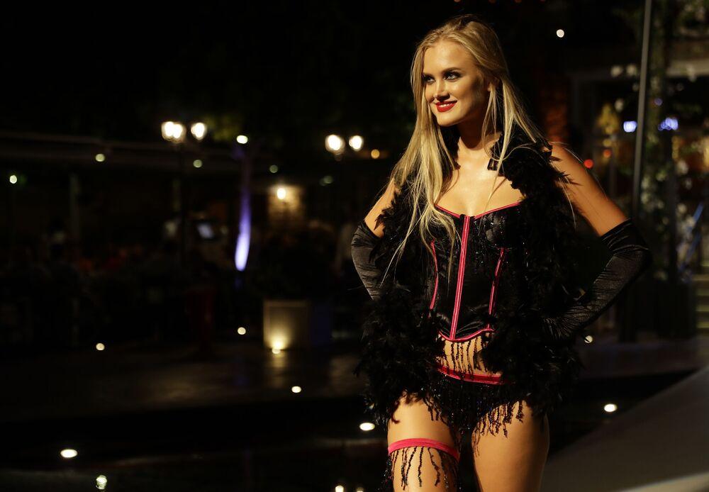 Modelka prezentuje bieliznę na pokazie w Libanie