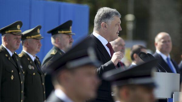 Prezydent Ukrainy Petro Poroszenko na defiladzie z okazji Dnia Niepodległości w Kijowie - Sputnik Polska
