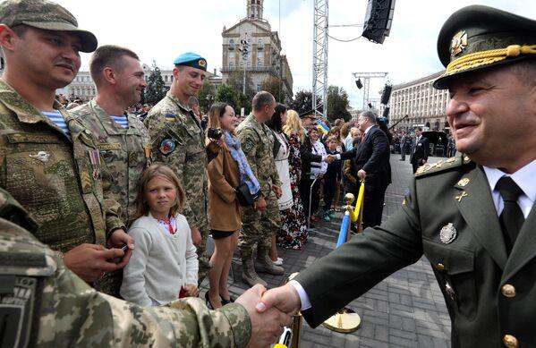 Minister obrony Ukrainy Stepan Poltorak i prezydent Ukrainy Petro Poroszenko podczas parady z okazji Dnia Niepodległości w Kijowie - Sputnik Polska