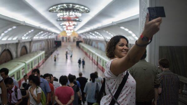 Dziewczyna robi selfie w metrze w Pjongjangu w czasie podróży po Korei Północnej - Sputnik Polska