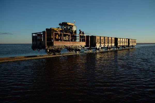 Kolej na słonym jeziorze w Kraju Ałtajskim - Sputnik Polska