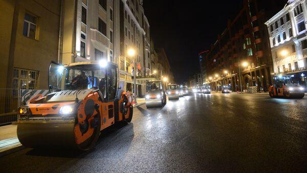 Pracownicy podczas remontu drogi na ulicy Twierskaja w Moskwie - Sputnik Polska