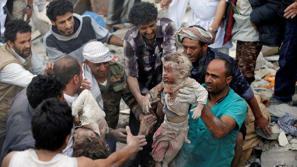 Co najmniej 14 osób zginęło, w tym 6 dzieci, w piątkowym nalocie koalicji na dzielnicę mieszkaniową w stolicy Jemenu, Sanie - Sputnik Polska