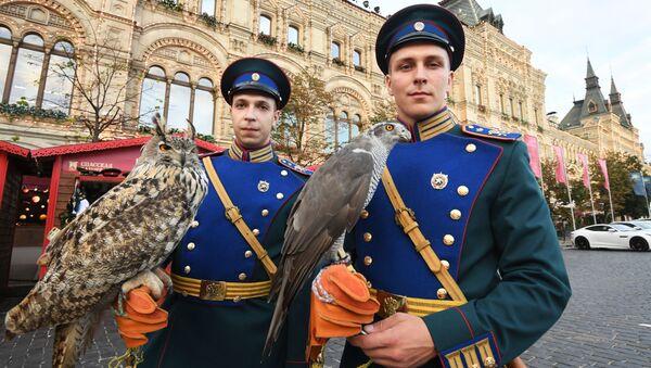Żołnierze słuzby ornitologicznej Kremla z ptakami na Placu Czerwonym w Moskwie - Sputnik Polska