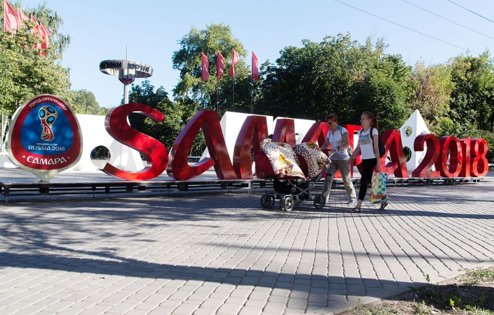 Instalacja przed parkiem imienia Jurija Gagarina w Samarze poświęcona Mistrzostwom Świata w Piłce Nożnej 2018.