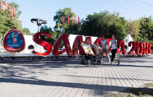 Instalacja przed parkiem imienia Jurija Gagarina w Samarze poświęcona Mistrzostwom Świata w Piłce Nożnej 2018. - Sputnik Polska
