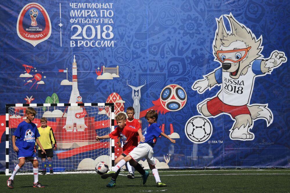Młodzi piłkarze podczas turneju dla dzieci wśród drużyn podwórkowych w parku imienia Jurija Gagarina w Samarze.