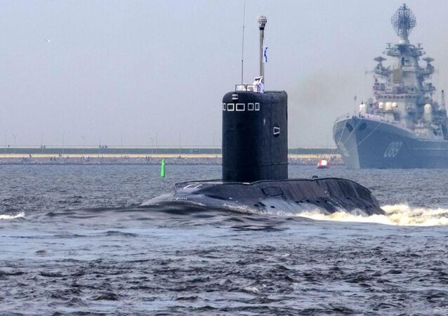 """Spalinowy okręt podwodny """"Kolpino"""" podczas próby generalnej parady morskiej w dniu Marynarki Wojennej w Kronsztadzie"""