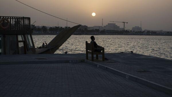 Człowiek na nabrzeżu w stolicy Kataru, Doha - Sputnik Polska