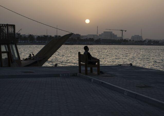 Człowiek na nabrzeżu w stolicy Kataru, Doha