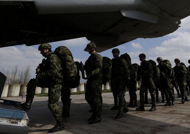 Żołnierze czeskiej armii podczas wspólnych ćwiczeń wojsk NATO The Noble Jump na lotnisku w Pardubicach. Zdjęcie archiwalne