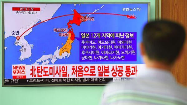Trajektoria ruchu północnokoreańskiej rakiety na ekranie telewizora na seulskim dworcu - Sputnik Polska
