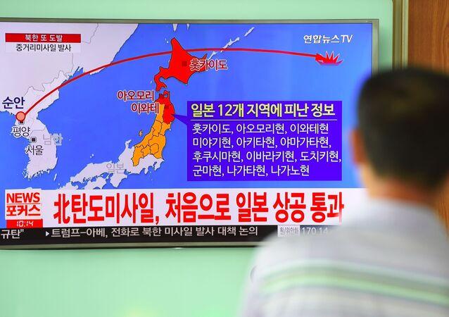 Trajektoria ruchu północnokoreańskiej rakiety na ekranie telewizora na seulskim dworcu