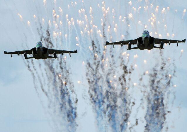 Samoloty Jak-130 sił powietrznych Białorusi w czasie przygotowań do wspólnych rosyjsko-białoruskich manewrów Zachód-2017