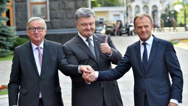 """Przewodniczący Komisji Europejskiej Jean-Claude Juncker, prezydent Ukrainy Petro Poroszenko i szef Rady Europejskiej Donald Tusk na konferencji prasowej podczas szczytu """"Ukraina - UE"""" w Kijowie - Sputnik Polska"""