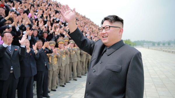 Przywódca KRLD Kim Dzong Un wita ludzi przed startem rakiety balistycznej średniego zasięgu Hwasong-10 - Sputnik Polska