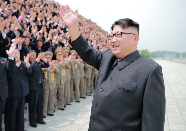 Przywódca KRLD Kim Dzong Un wita ludzi przed startem rakiety balistycznej średniego zasięgu Hwasong-10