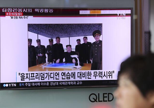 Program informacyjny o kolejnym starcie północnokoreańskich rakiet na ekranie telewizora na dworcu w Seulu