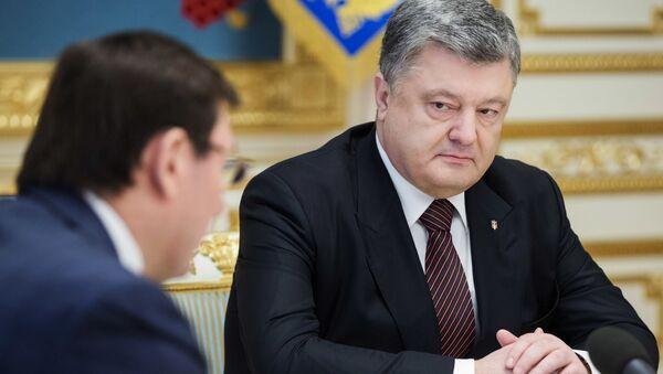 Prezydent Ukrainy Petro Poroszenko na naradzie z prokuratorem generalnym Ukrainy Jurijem Łucenką w Kijowie - Sputnik Polska