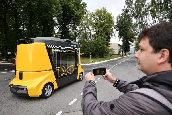 Testy pierwszego bezzałogowego autobusu pasażerskiego w Rosji - Sputnik Polska
