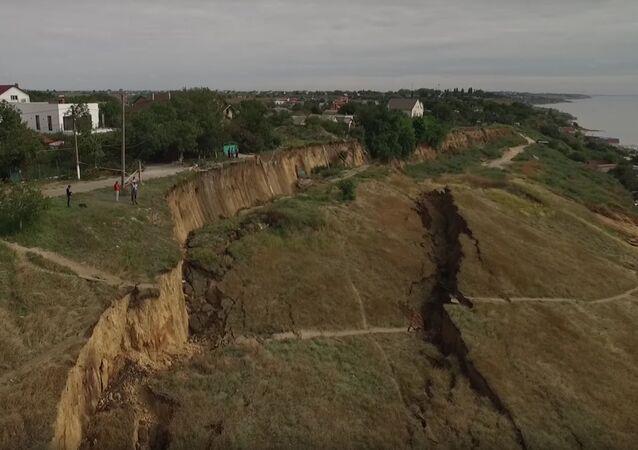 Screenshot wideo z kanału Youtube Dumskaja Net. Osuwisko w miejscowości Fontanka na Ukrainie