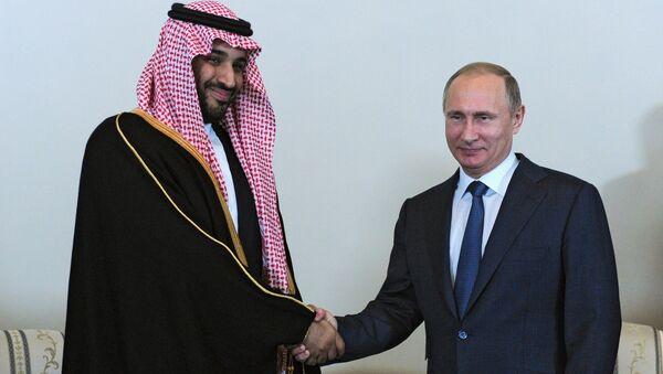 Minister obrony Arabii Saudyjskiej Muhammad ibn Salman as-Saud z prezydentem Rosji Władimirem Putinem - Sputnik Polska