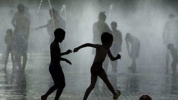 Dzieci grają w piłkę koło fontanny, Madryt, Hiszpania - Sputnik Polska