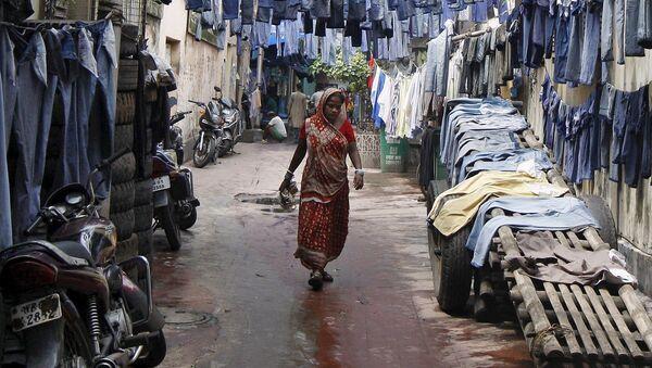 Kobieta idzie wzdłuż ulicy w Indiach - Sputnik Polska
