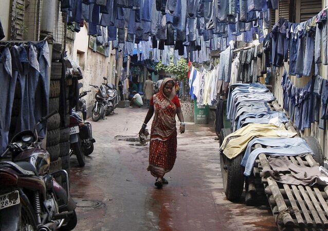 Kobieta idzie wzdłuż ulicy w Indiach