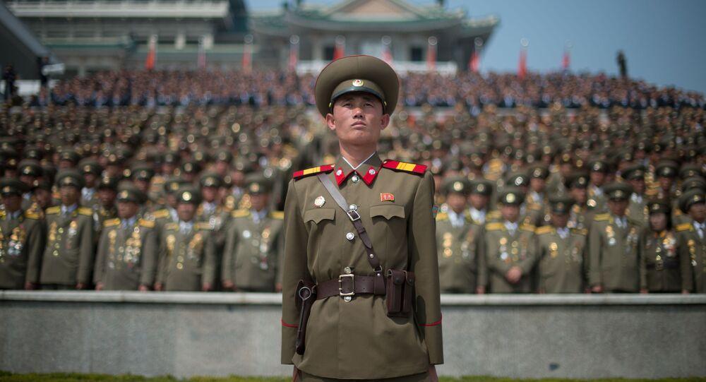 Żołnierz Koreańskiej Armii Ludowej w czasie defilady wojskowej w 105. rocznicę urodzin Kim Ir Sena