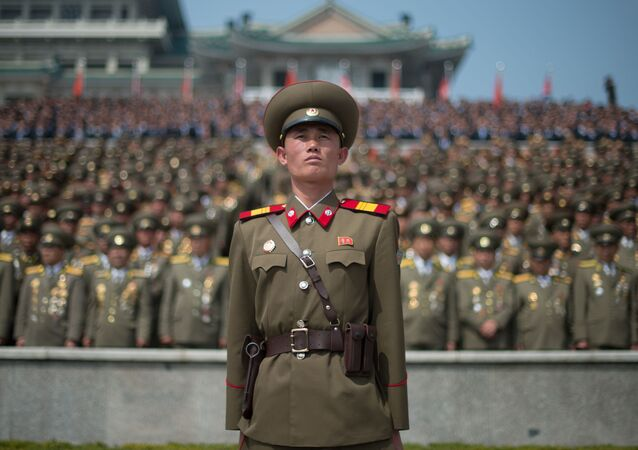 Wojskowi w czasie parady wojskowej w Pjongjangu